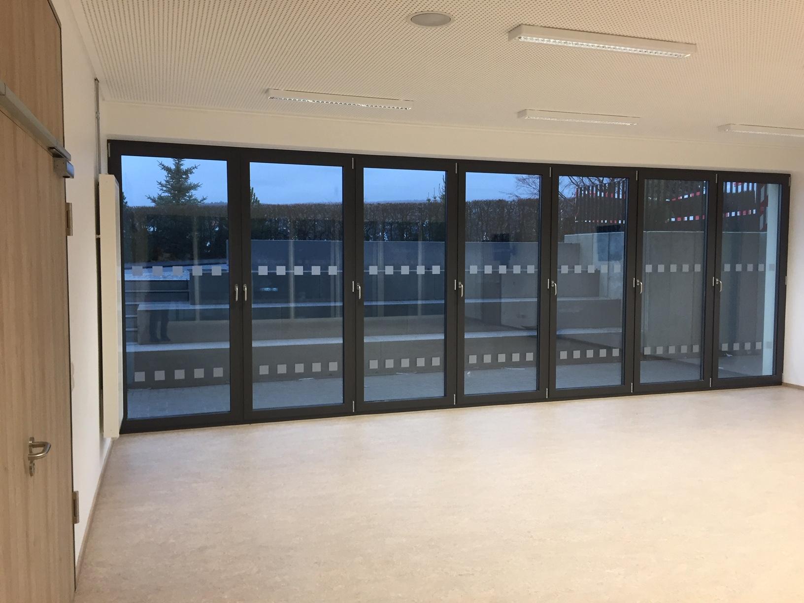 Sicherheitsmarkierungen in einer Schule im Sauerland