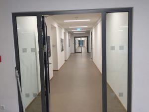 823 300x225 - Sicherheitsmarkierungen an einem Gymnasium im Sauerland